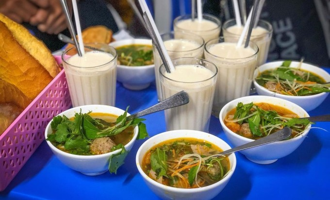Thay vì trà đá như các nơi khác, sữa đậu nành được phục vụ với bất kỳ món ăn nào tại Đà Lạt. Ảnh: @tuyettrinh305/Instagram