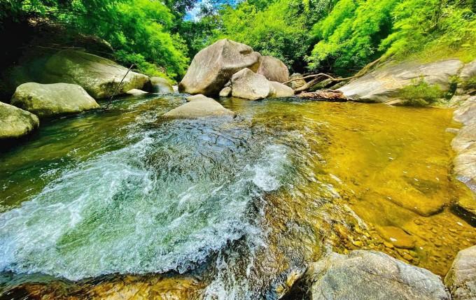 Những dòng nước trong trong thấy tận đáy ở thác Savin. Ảnh: Lê Minh Nguyệt