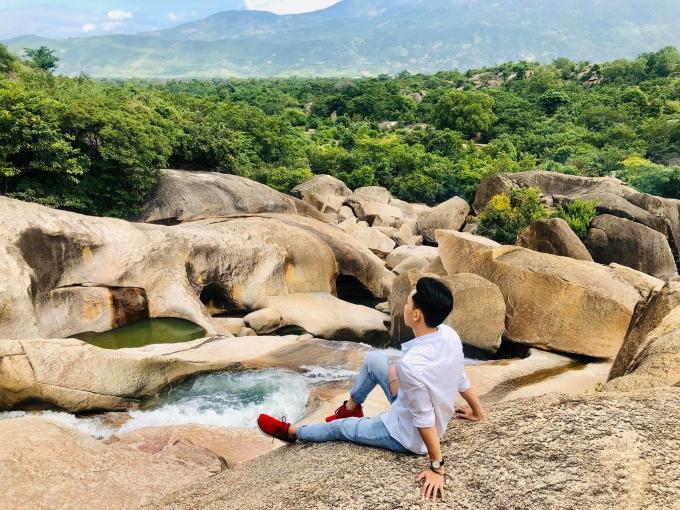 Cảnh quan xung quanh suối Ba Hồ. Ảnh: Lê Văn Huy
