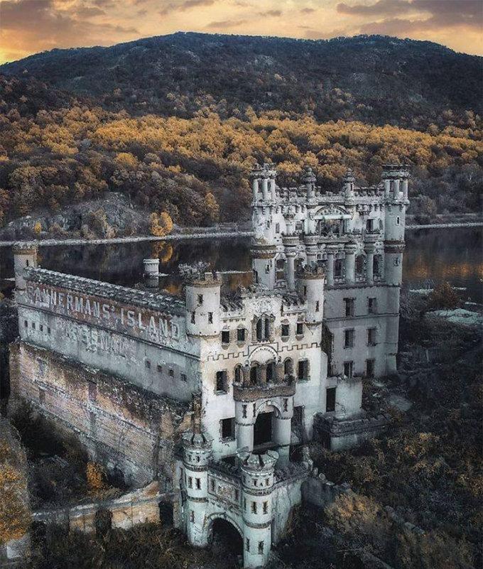 Trên ảnh là lâu đài Bannerman trên sông Hudson ở New York, Mỹ. Nó luôn nằm trong danh sách những tòa lâu đài đẹp nhất nước, và trước đây từng được sử dụng để phục vụ quân đội. Ngày nay, đây là một trong những điểm đến hút khách du lịch. Ảnh: Abandoned Beauties/Bored Panda