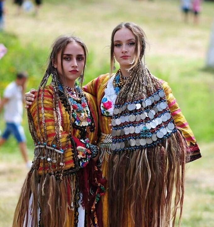 Một trong những điều mà du khách khi ghé thăm châu Âu và ấn tượng nhất là khi họ tới làng Pomak, Bulgaria. Nơi đây người dân vẫn lưu giữ truyền thống để tóc dài, thắt bím và mặc trang phục truyền thống. Nhiều du khách nói rằng trông người dân ở đây khi mặc đồ truyền thống thật đẹp đẽ và tỏa sáng. Tôi ước gì có thể ghé thăm nơi đây. Nó thực sự thú vị để khám phá về văn hóa, một người viết. Với cách trang điểm cho mái tóc như thế này, các cô gái phải đội ít nhất 10 kg trên đầu ấy nhỉ, người khác bình luận. Ảnh: Reddit