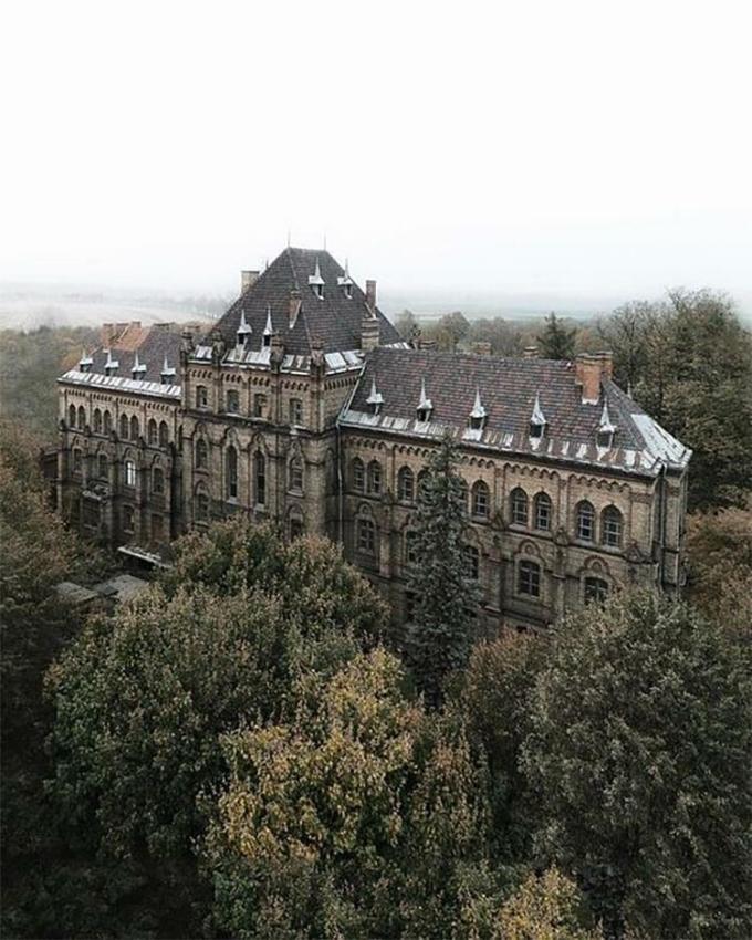 Một lâu đài tráng lệ nằm ở Ba Lan và đã lâu vắng người qua lại. Nhưng khi được hỏi rằng nếu bạn đứng trước tòa nhà này, bạn sẽ chọn bỏ qua hay dừng lại khám phá, rất nhiều độc giả đã để lại bình luận rằng họ chọn vế hai. Ảnh: Abandoned Beauties/Bored Panda