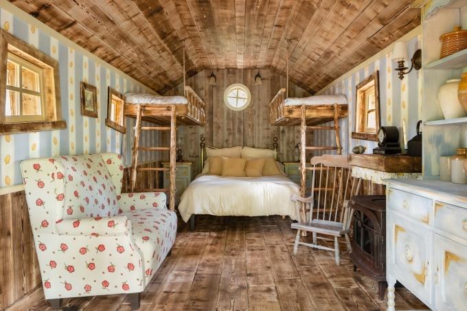 Bên trong hang gấu. Ảnh: Airbnb