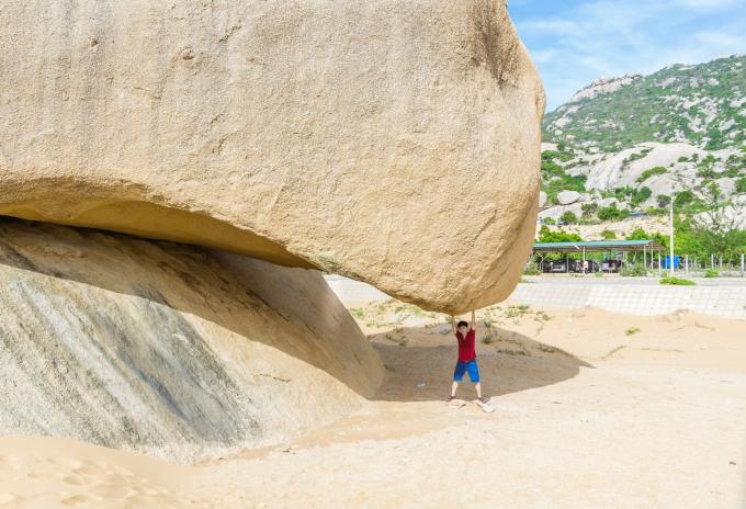 Vì tảng đá lớn nên chụp đằng trước, sau hay ngang sẽ ra hình thù khác nhau. Ảnh: Bạch Quyền