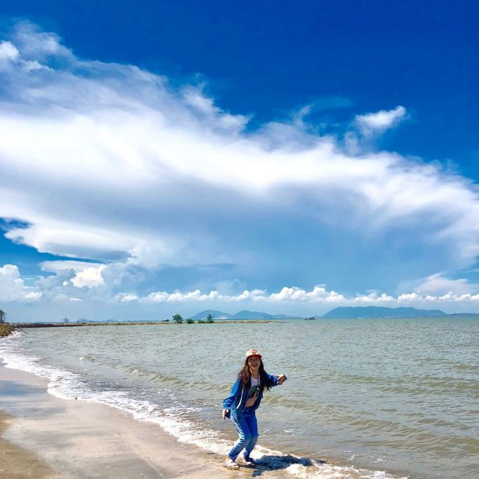 In the afternoon is the time when visitors can go to the beach on April 30 to enjoy the wind and take pictures with friends.