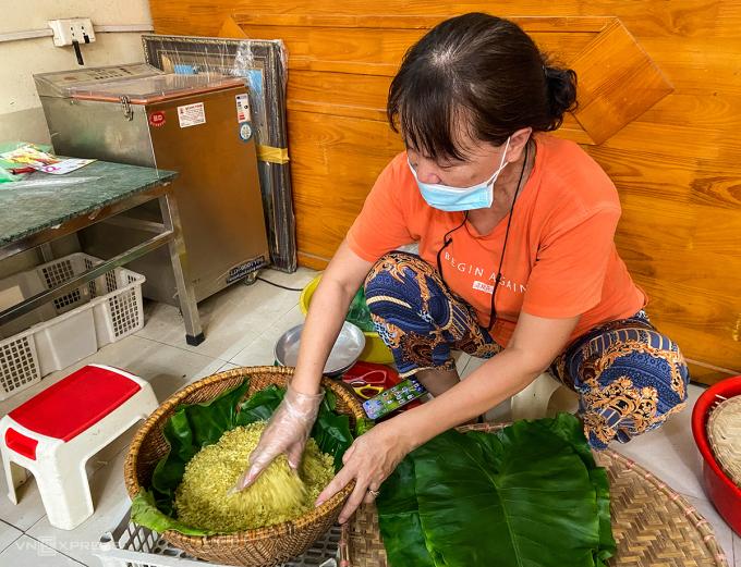 Cô Thành chia sẻ, dịch bệnh khiến nghề làm cốm gặp một chút khó khăn. Ví dụ, những nguyên liệu như lá sen khó kiếm và đắt hơn. Ảnh: Trung Nghĩa