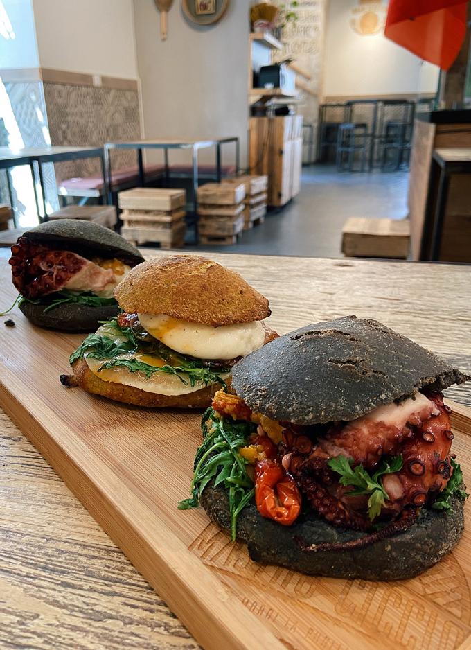 Burger bạch tuộc tại Bari. Ảnh: Hoàng Phương Thảo