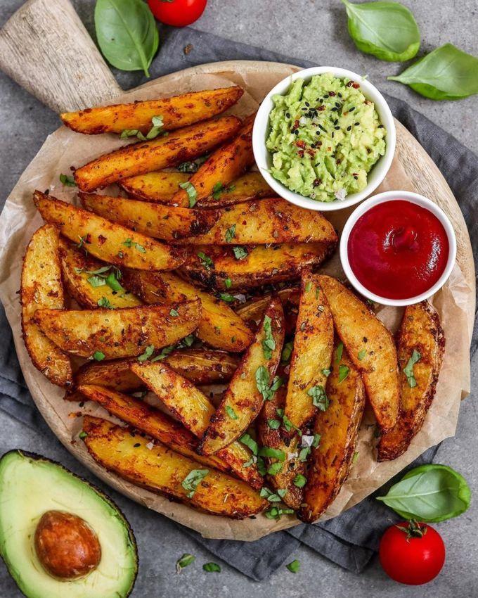 Ngoài các món nghiền, khoai tây còn được ưa chuộng với biến thể cắt miếng. Một trong những đại diện nổi tiếng nhất của phiên bản này là Potato wedges (ảnh) hay khoai tây cắt múi. Đó là những miếng khoai tây còn nguyên vỏ, tẩm gia vị, được nướng chín và ăn kèm tương ớt ngọt, kem chua. Tại Australia, khoai tây cắt múi được coi là món ăn nhẹ.