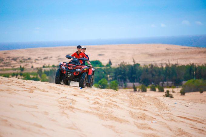 Du khách tham gia trò chơi phi xe tốc độ tại đồi cát Mũi Né ở TP Phan Thiết. Ảnh: Ngô Trần Hải An