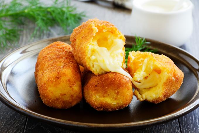 Crocchè là một món ăn đến từ vùng Naples và Sicily, Italy, được làm từ khoai tây nghiền với trứng, kem và phủ trong vụn bánh mì rồi chiên giòn. Ảnh: Pinterest