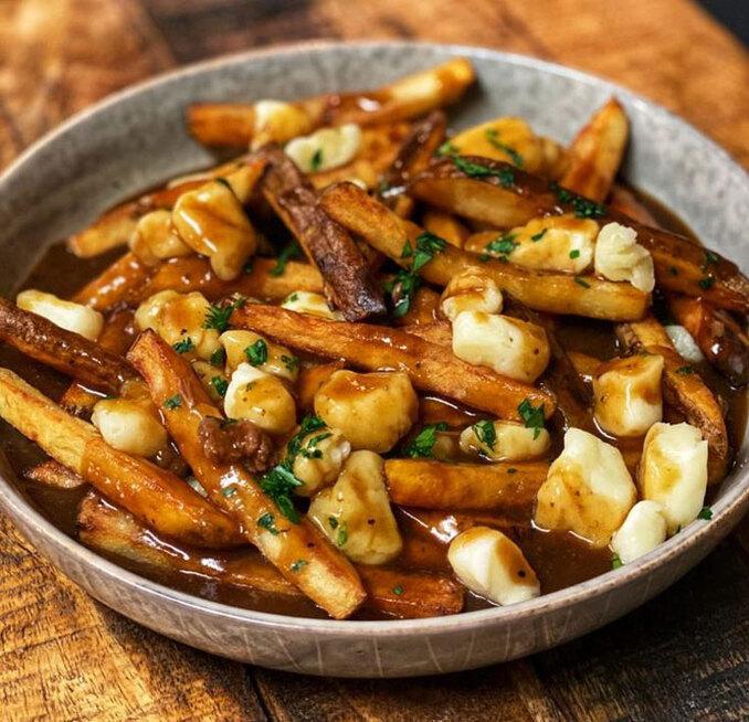 Được ví như món ăn quốc dân của Canada, Poutine là sự kết hợp hoàn hảo giữa khoai tây chiên giòn bên ngoài, mềm mịn bên trong ăn kèm nước sốt thịt mặn béo ngậy và phô mai tươi mềm phủ bên trên. Món ăn có nguồn gốc từ tỉnh Quebec nói tiếng Pháp, và một trong những nơi bán món này ngon nhất là các nhà hàng ở Montreal. Ảnh: Pinterest