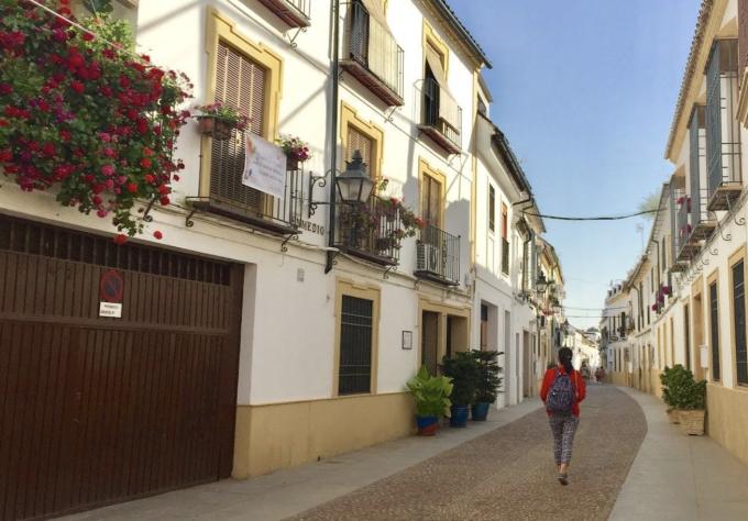 Mặc dù không có nhiều hãng hàng không khai thác đường bay trực tiếp tới Cordoba, song việc di chuyển bằng tàu cao tốc từ các thành phố lớn của Tây Ban Nha như Madrid hoặc Barcelona rất thuận tiện với thời gian chỉ từ 2 đến 4 tiếng.  Cordoba nhỏ xinh và trong trẻo vẫn giữ nguyên nhiều nét cổ kính, bất kỳ du khách nào cũng có thể tìm thấy cho riêng mình những góc yên bình nơi đây.