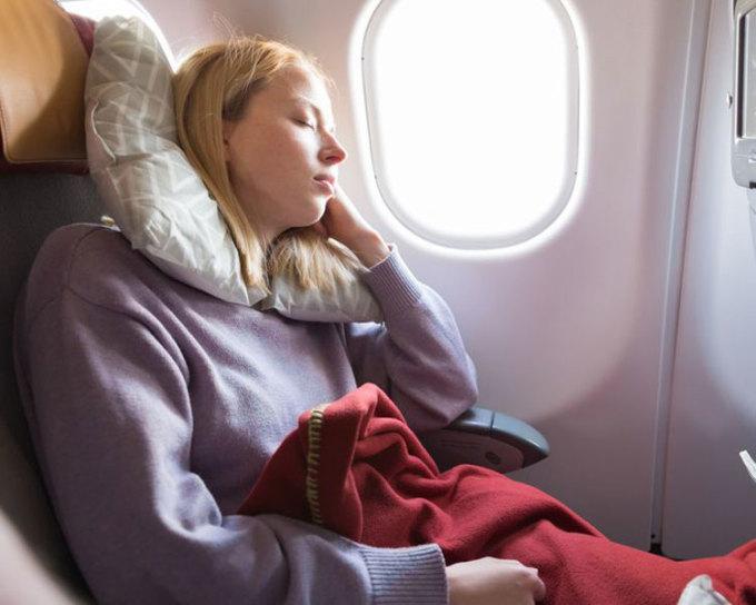 Mang theo thứ gì đó mềm mại từ nhàCảm giác ấm áp như ở nhà sẽ giúp bạn chống lại chứng mất ngủ khi đi tàu xe. Để tạo ra cảm giác như ở nhà này, hãy mang theo thứ gì đó mềm mại như chăn mỏng, gối, hoặc khăn choàng. Ngoài ra, bạn cũng có thể tạo ra thói quen hàng ngày ở nhà của mình trên một chuyến bay đêm đường dài như: mặc quần áo thoải mái, đánh răng, đọc sách... hay những công việc bạn thường làm trước khi đi ngủ. Những hành động này sẽ khiến bạn cảm thấy quen thuộc dù đang trên máy bay, và dễ ngủ hơn.  Ảnh: Deposit Photos