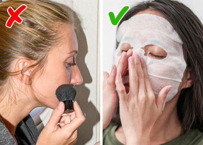 Hạn chế trang điểmTốt nhất bạn nên dùng son môi, má hồng hay mascara khi ở trên mặt đất, thay vì ở độ cao 10.000m. Không khí bên trong máy bay khô, và bạn nên thay thế lớp trang điểm bằng việc thoa kem dưỡng ẩm lên mặt. Để chăm sóc da kỹ hơn, bạn có thể nhờ đến sự trợ giúp của các loại mặt nạ đắp mặt. Điều cần lưu ý là bạn nên chọn các loại mặt nạ không mùi để đắp, tránh gây bất tiện cho người ngồi cạnh khi phải ngửi những mùi họ không thích. Ảnh: Deposit Photos