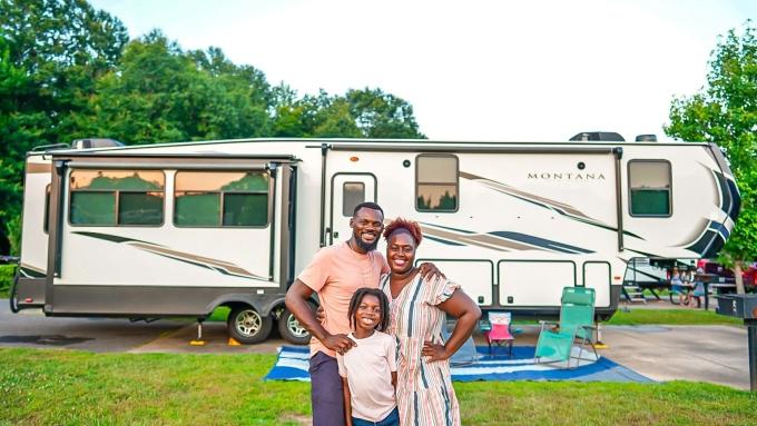 Gia đình ba người chụp ảnh bên chiếc RV mà họ sống suốt 18 tháng qua. Ảnh: Karen Akpan