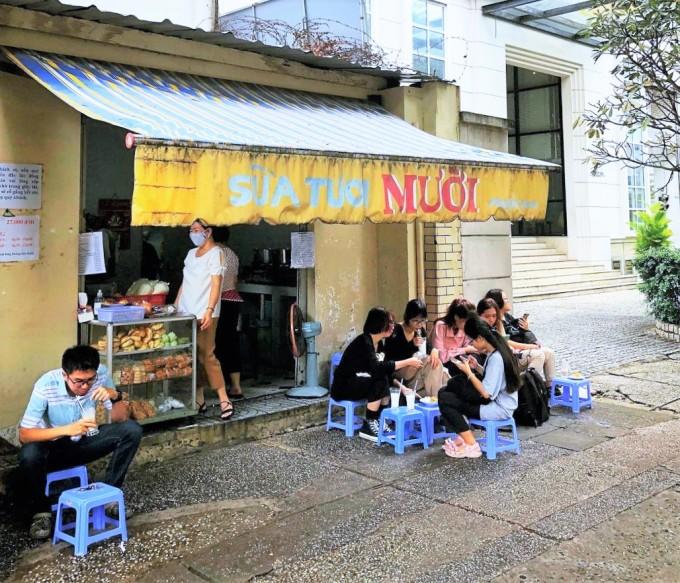 Quán sữa tươi Mười có không gian nhỏ nhắn ở mặt tiền đường Phùng Khắc Khoan. Ảnh: Instagram tangcancungenriu