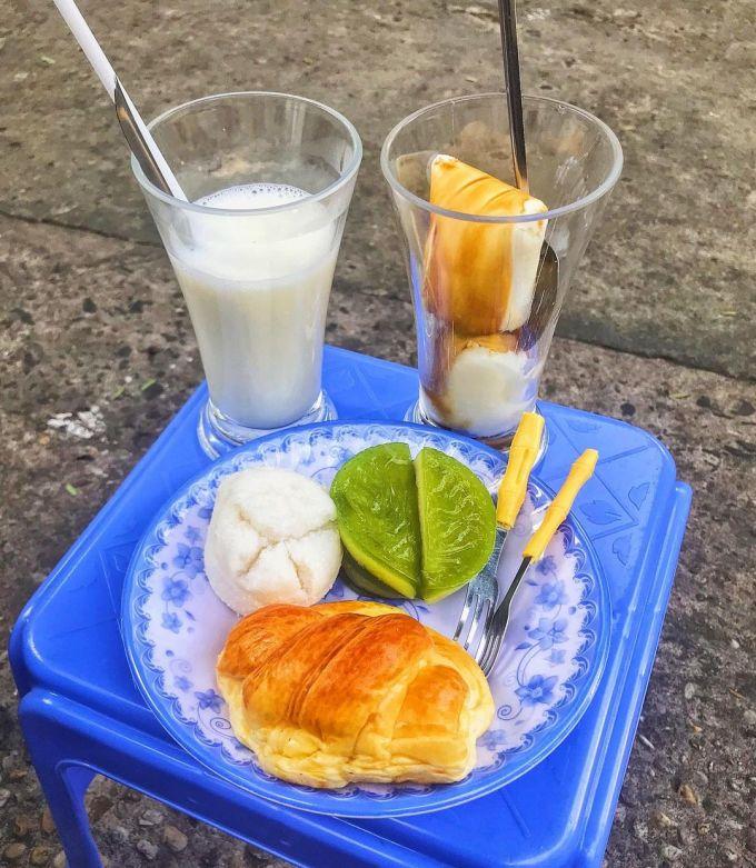 Sữa tươi, yauourt cà phê và các loại bánh ngọt thân quen, có giá phù hợp túi tiền sinh viên. Ảnh: Instagarm chungtacungbeo