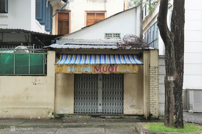 Quán sữa nằm gần khúc giao Phùng Khắc Khoan và Trần Cao Vân đã đóng cửa. Ảnh: Huỳnh Nhi