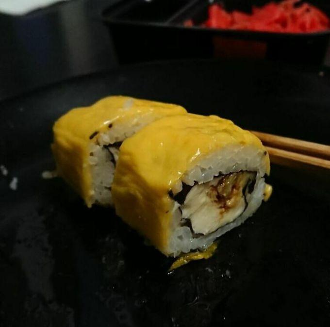 Với nhiều thực khách mê ẩm thực Nhật Bản, đây là món sushi cuộn phô mai tệ nhất họ nhìn thấy, và chắc chắn không bao giờ muốn ăn. Ảnh: Instagram/food blog