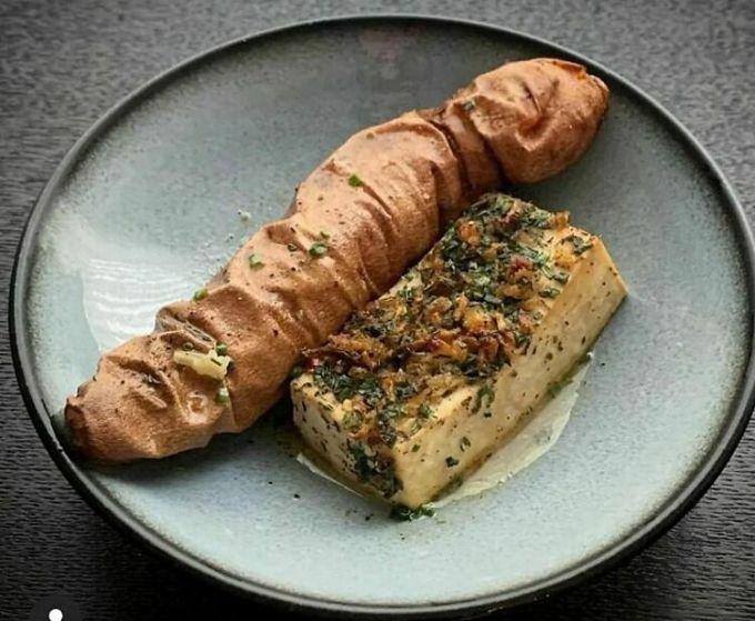 Nhiều người đã miêu tả món này trông như một chiếc xác ướp xúc xích đặt cạnh miếng bọt biển để rửa bát, thay vì là một món ăn. Ảnh: Instagram/food blog