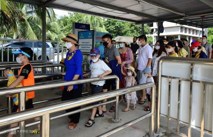 Nhiều địa phương mở cửa cho du khách ngoại tỉnh